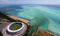 東京湾で発生した青潮。沖縄の海のような明るい乳白色をしている。左下はZOZOマリンスタジアム=千葉市沖で2017年6月19日午後1時55分、本社ヘリから長谷川直亮撮影
