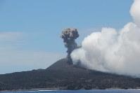 爆発的噴火で、山頂の火口から火山灰や噴石を放出する西之島=気象研究所提供