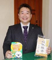 自慢の商品を手にする戸田篤宏社長=和歌山県広川町で、北林靖彦撮影