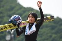 一本一本感触を確かめながらジャンプ練習をした伊藤=札幌市宮の森ジャンプ競技場で19日
