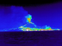 In this thermal infrared image taken from the western side of Nishinoshima, white areas mark high temperatures, showing uncooled lava running into the ocean. (Photo courtesy of the Meteorological Research Institute)
