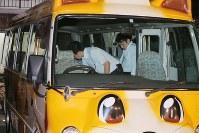 スクールバスの中を調べる大阪地検の係官=大阪市淀川区の高等森友学園保育園で2017年6月20日午前0時12分、三村政司撮影