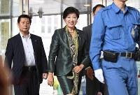 登庁する小池百合子都知事=東京都庁で2017年6月20日午後2時、竹内紀臣撮影
