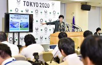 記者会見で、豊洲に市場機能を移転させた上で、築地市場にも機能を残して再開発すると発表する小池百合子都知事=東京都庁で2017年6月20日午後3時55分、竹内紀臣撮影