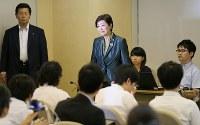 記者会見を終えて、会見場を後にする小池百合子都知事(中央)=東京都庁で2017年6月20日午後4時1分、佐々木順一撮影