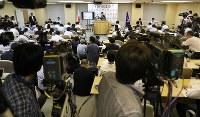 小池百合子都知事の記者会見場には大勢の記者やカメラが集まった=東京都庁で2017年6月20日午後3時51分、佐々木順一撮影