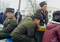 移動途中に談笑する兵士。金正恩政権は初の核実験の後、国内で戦争勃発の危機を煽ったが、臨戦の雰囲気にならなかった=北朝鮮平安南道で2013年3月、アジアプレス提供