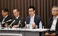 訴状を金沢地裁に提出後、記者会見する女性の代理人弁護士と労働組合「クスリのアオキユニオン」=金沢市で、日向梓撮影