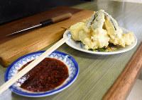 天ぷら5、6個が一人前。奥のまな板と包丁で切り分け、手前のポン酢を絡めていただく=広島市西区の「みやさん食堂」で、小山美砂撮影