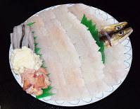 骨切りされて大皿に盛られたハモは芸術品のよう=兵庫県南あわじ市沼島の木村屋旅館で、登口修撮影