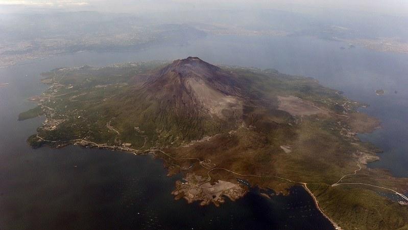 上空から見た桜島。昨年7月と今年4月28日に爆発的噴火を起こしたが観光客の動向には大きな影響はない=2015年5月20日、本社ヘリから撮影