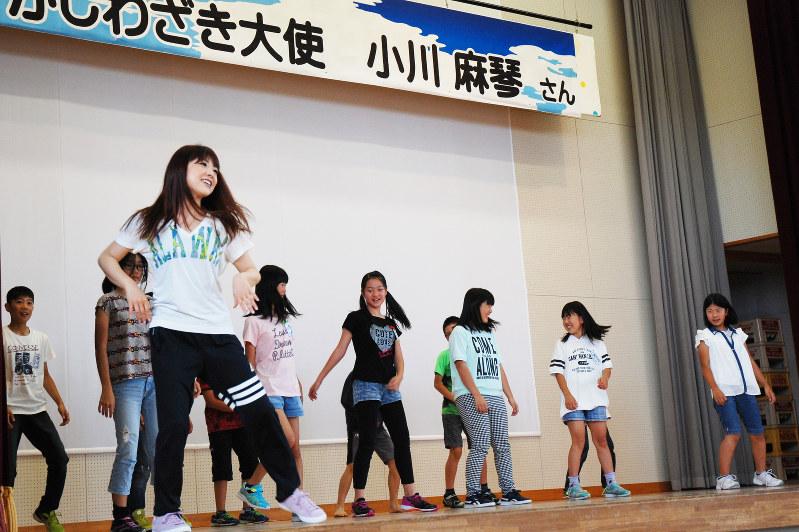 小川麻琴さん:母校の小学校で踊りと演技指導 元モー娘 /新潟 | 毎日新聞