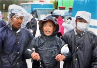 米軍普天間飛行場の移設工事への抗議活動をしていたが、沖縄県警の機動隊員に排除される国吉さん(中央)=沖縄県名護市辺野古で比嘉洋撮影