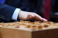 公式戦連勝記録を「28」とし、対局を振り返る藤井聡太四段=大阪市福島区の関西将棋会館で2017年6月21日午後5時10分、久保玲撮影