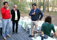 2013年5月に安倍首相の河口湖畔の別荘で撮影された写真。首相(左端)と加計孝太郎氏(左から2人目)、萩生田氏(同3人目)が談笑しているように見える=萩生田氏のブログ「永田町見聞録」より