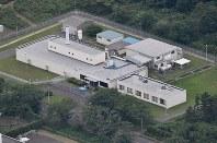 日本原子力研究開発機構の大洗研究開発センター燃料研究棟=本社ヘリから西本勝撮影