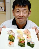 「ぜひフルーツ寿司を食べてみて」と話す力谷昭夫さん=和歌山県紀の川市粉河の力寿しで、最上和喜撮影