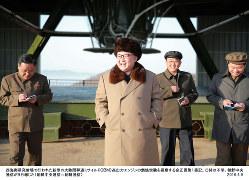 大陸間弾道ミサイル(ICBM)高出力エンジンの燃焼実験を視察する金正恩第1書記(当時)朝鮮中央通信が2016年4月9日報じた(朝鮮中央通信・朝鮮通信)