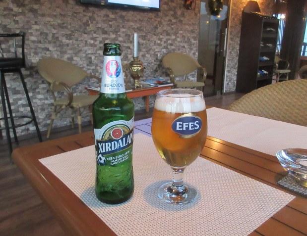 グラスにはトルコブランド「エフェス」の名があるが、飲んでいるのはアゼルバイジャン自慢のビール