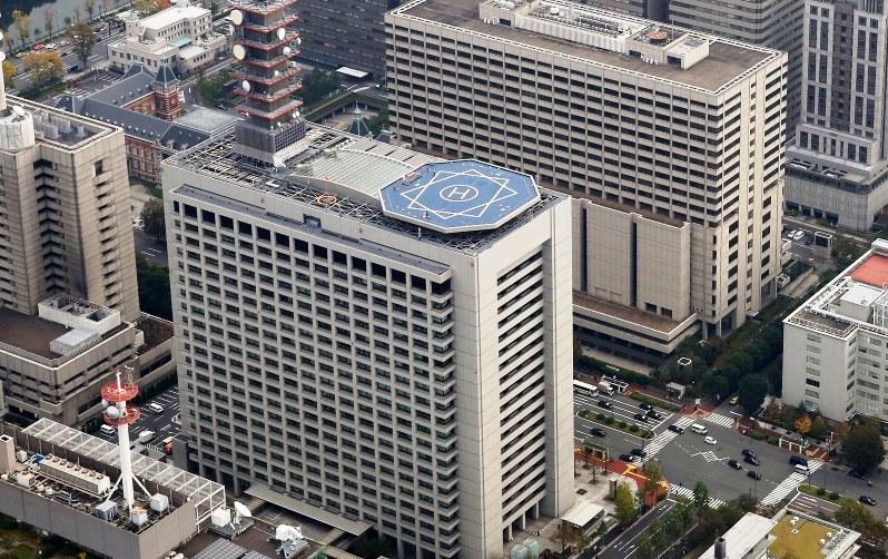総務省の建物(手前)=東京都千代田区