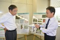 ドローンによる林業効率化について、白鳥孝伊那市長(左)に説明する加藤正人信大教授=伊那市役所で
