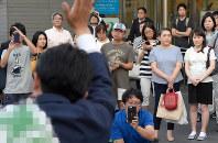 多くの人が行き交う駅前で支持を訴える立候補予定者=東京都世田谷区で19日午後5時48分、渡部直樹撮影(画像の一部を加工しています)
