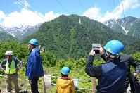 360度に広がる北アルプスの山並みを楽しめるパノラマ展望台=富山県黒部市で、鶴見泰寿撮影