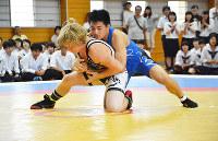親善試合で、米モンタナ州の選手(左)に組み付く日本の選手=徳島県三好市池田町の池田高校で、河村諒撮影