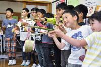 完成した「竹提灯」を披露する児童たち=島根県大田市大森町の市立大森小学校で、関谷徳撮影