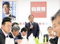 Liberal Democratic Party lawmaker Okiharu Yasuoka speaks at a meeting of the party's Headquarters for the Promotion of Revision of the Constitution, which he chairs, at LDP headquarters in Tokyo's Chiyoda Ward on June 21, 2017. (Mainichi)