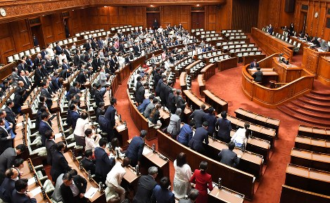 Legislators are pictured at a plenary session of the House of Representatives after a bill to revise the Act on Punishment of Organized Crimes and Control of Crime Proceeds was rammed into law on the morning of June 15, 2017. (Mainichi)