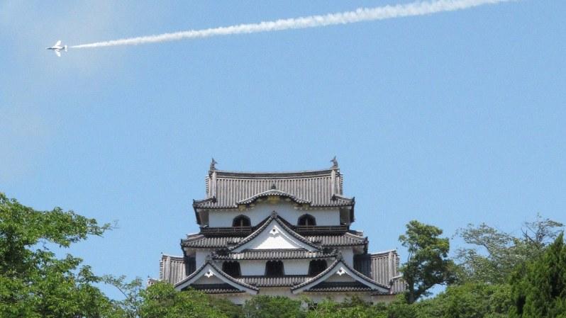 彦根城と上空を飛ぶブルーインパルス=2017年6月4日、西村浩一撮影