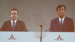 三菱自動車の定時株主総会で、記者室のモニターに映し出されたカルロス・ゴーン会長(左)と益子修社長