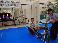 「サイクリングサロンやまぐち」を紹介する村岡課長(左)ら