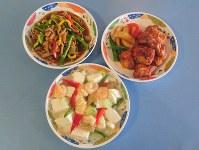 取材した日のメインの3品。(左上から時計回りに)豚肉と野菜の細切り炒め、タンドリーチキン、エビ豆腐