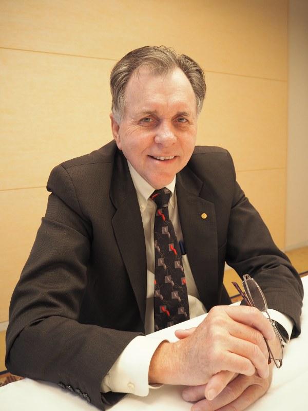 ピロリ菌をデザインしたネクタイを着け、インタビューに答えるバリー・マーシャル博士=つくば市内で2016年3月9日、須田桃子撮影