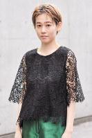 レースのトップスを着た女性=日本ファッション協会提供