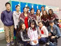 早稲田大学スケート部の仲間と=中塩美悠さん(中列右端)提供