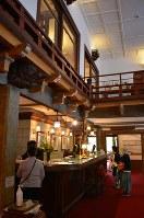 「想像の象」を模した木飾りが出迎えるホテルのフロント。2階は明治期のコロニアル風が残り、1階は昭和初期に大谷石を多用して増改築された部分で、重厚な雰囲気だ=栃木県日光市の日光金谷ホテルで