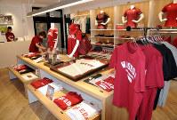 早稲田大のキャンパス内にあるアシックスの直営店。野球部、ラグビー部などのユニホームが並んでいる=田原和宏撮影