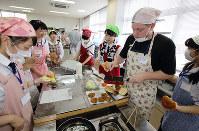地元にいる外国人と料理を作りながら交流する高校生たち=和歌山県田辺市高雄1の市民総合センターで、山本芳博撮影