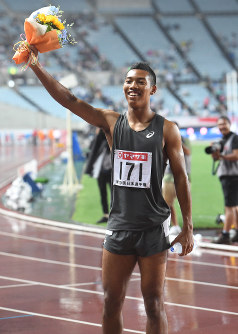 Abdul Hakim Sani Brown poses after winning the men's 100 meters at the national athletics championships, at Yanmar Stadium in Osaka on June 24, 2017. (Mainichi)