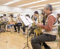 合同発表会のための練習に汗を流す音楽教室の生徒。大人向けの教室の人気が高まっている=山野楽器提供