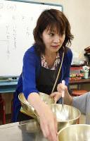 子供たちにゼリーの作り方を教えながら、食事の準備をする「こども食堂青空」会長の中村幸恵さん=福井県敦賀市男女共同参画センターで、高橋一隆撮影