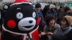 熊本地震の被災地でのイベントに登場し会場を沸かせたくまモン=2016年12月23日、中里顕撮影