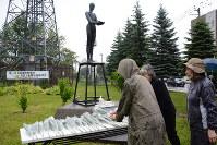 「藻岩犠牲者の碑」に献花する追悼式の参列者ら=札幌市中央区で
