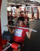 新設されたクラブハウス「いわきFCパーク」のジムで筋力トレーニングに励む、サッカーのいわきFCの選手=いずれも福島県いわき市で、大谷津統一撮影