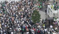 都議選での支持を訴える政党幹部や立候補者の演説に耳を傾ける人たち=東京都墨田区で25日午後2時9分、佐々木順一撮影(画像の一部を加工しています)