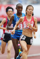 女子5000メートル決勝1位の鍋島莉奈(手前)=大阪・ヤンマースタジアム長居で2017年6月25日、久保玲撮影