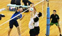 熱戦を繰り広げる選手ら=香川県丸亀市の飯山総合運動公園体育館で、小川和久撮影